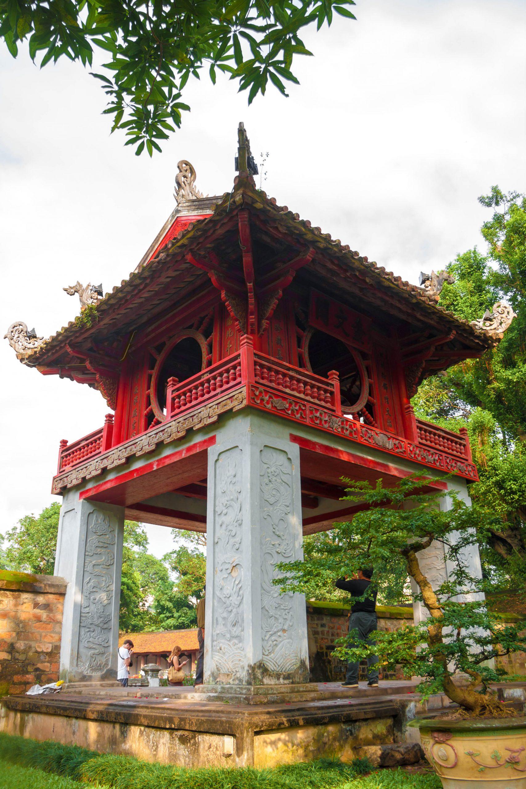 500px-photo-id-71943483-temple-of-literature-in-hanoi-vietnam